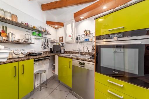 Angrenzende, moderne Küche