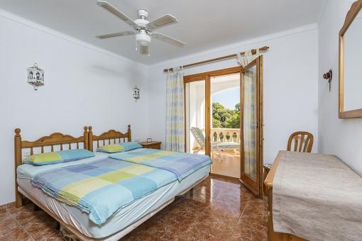 Erstes Schlafzimmer mit Ausgang zur Loggia
