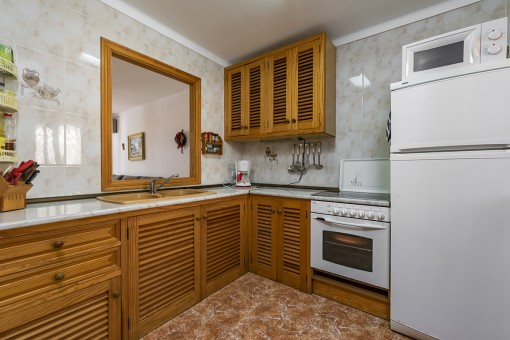 Voll ausgestattete Küche mit separatem Abstellraum