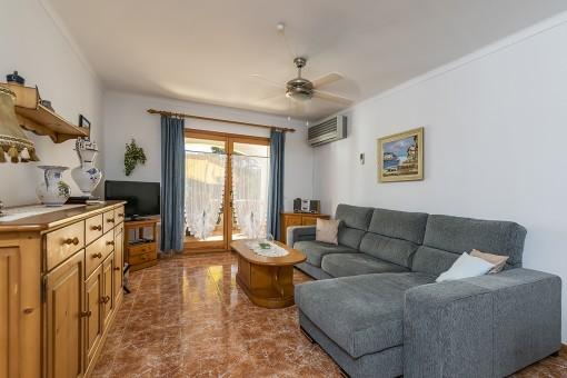 Wohnbereich mit Zugang zur Loggia