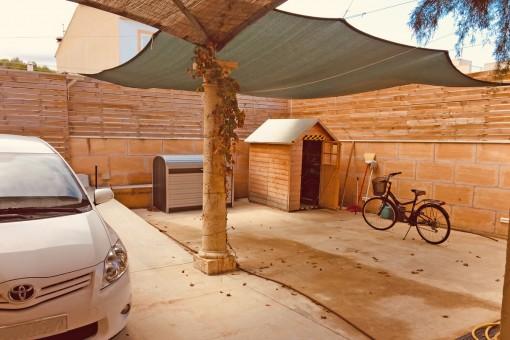 Patio und Parkplatz