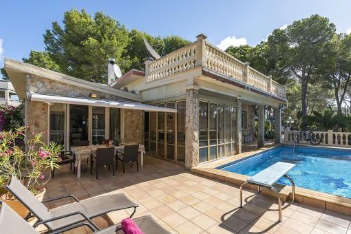 Pool und Terrassenbereich