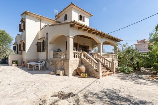 Villa in niveauvoller Lage von Sa Torre Nova mit angrenzendem Grundstück in Strandnähe