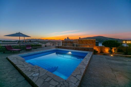 Der Poolbereich im Sonnenuntergang