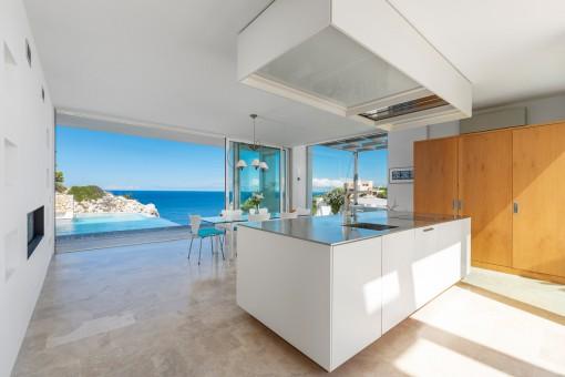 Offene Küche mit Panorama-Meerblick
