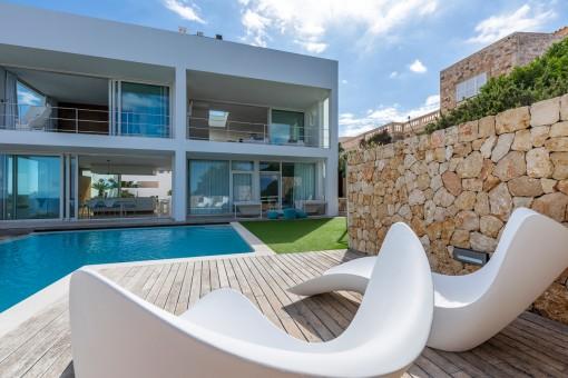 Ansicht der Villa vom Pool aus