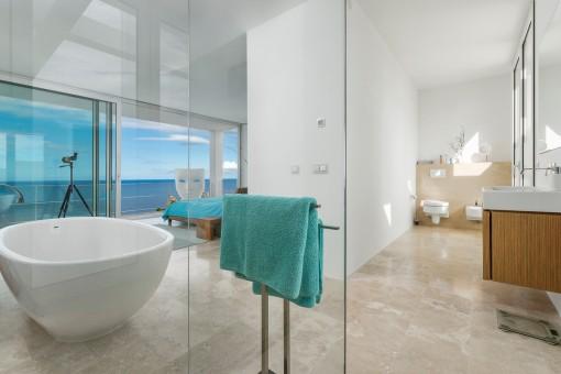 Luxus-Badezimmer mit Meerblick