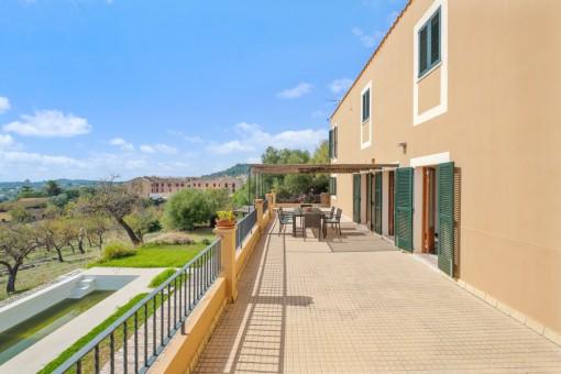 Großer Terrasse mit Gartenblick