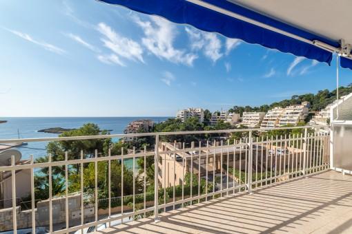 Schickes, frisch renoviertes Studio mit Balkon in erster Meereslinie in Illetas