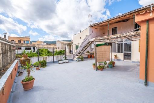 Große ausbaufähige Wohnung im ersten und zweiten Obergeschoss eines Dorfhauses in Alaró