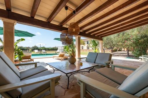 Überdachte Poolterrasse mit Loungebereich