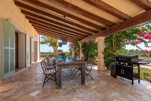 Überdachte Terrasse mit Outdoor-Essbereich