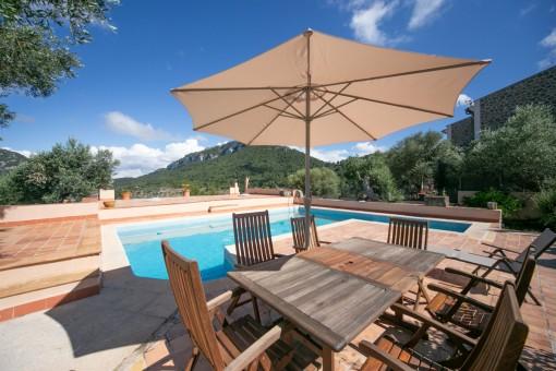 Schöner Poolbereich mit Terrasse