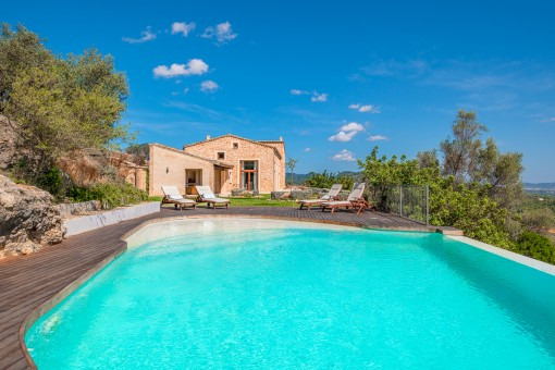Großer Poolbereich und Garten der Finca
