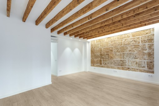 Wohnbereich mit authentischer Sandsteinwand