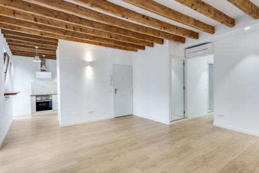 Heller Wohnbereich mit Holzdeckenbalken