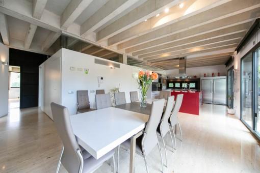 Moderner Essbereich mit Küche