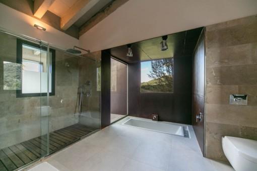 Eines von 5 Badezimmern