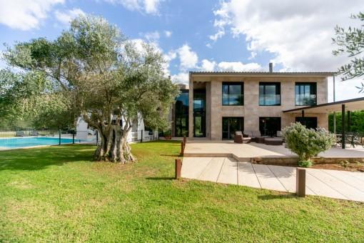 Gepflegtes Fincaanwesen in modernem Baustil und höchster Qualität mit separaten Gästestudio und einzigartiger Pool- und Gartenanlage in Alaro