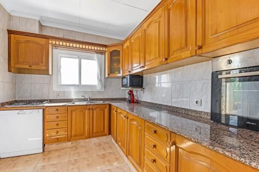 Angrenzende Küche mit viel Platz