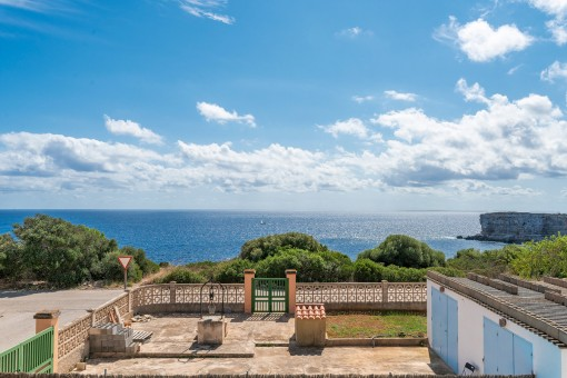 Villa mit Einliegerwohnung und spektakulären Meerblick in 1. Meereslinie in Cap des Moro