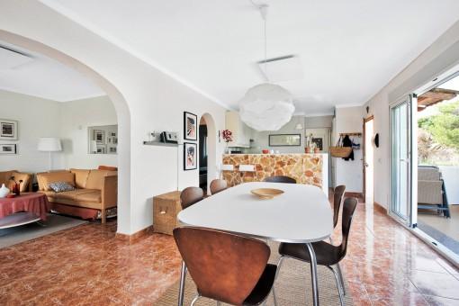 Blick zur Küche und Eingangstür