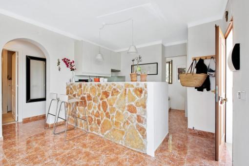 Küche mit Naturstein-Tresen