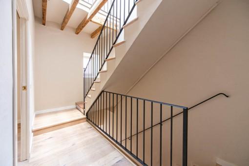 Heller Flur und Treppe
