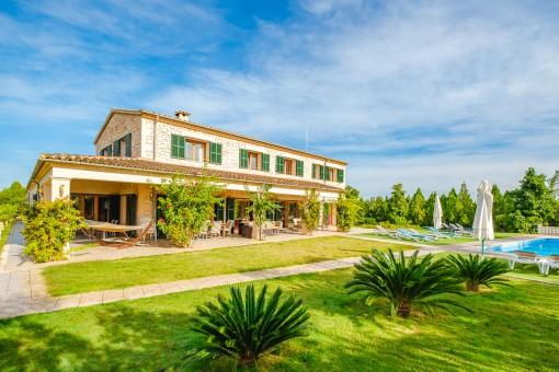 Mediterraner Garten mit Terrassen und Pool