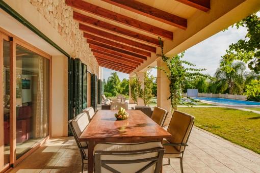 Charmante Terrasse mit Ess- und Loungebereich