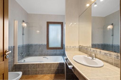 Badezimmer en Suite mit Wanne