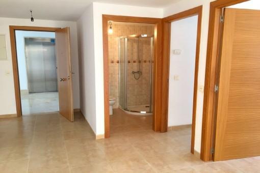Eingangsbereich und Badezimmer