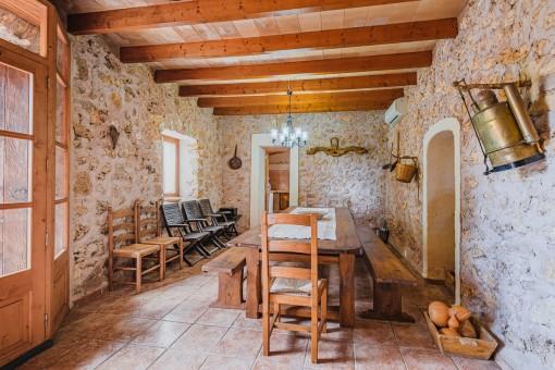 Essbereich mit Steinwand und Holzdeckenbalken