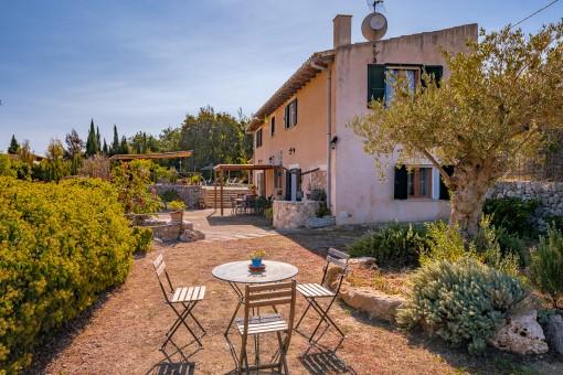 Mediterraner Garten mit verschiedenen Sitzecken