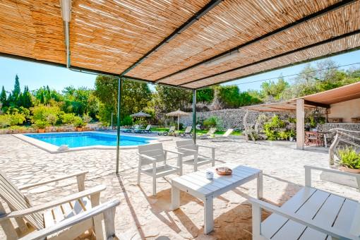 Entspannte Loungeterrasse neben dem Pool
