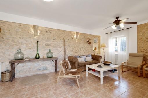 Wohnbereich mit authentischer Steinwand
