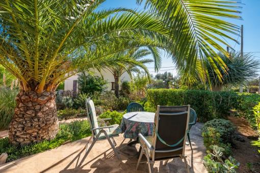 Idyllische Terrasse in einem herrlichen Garten