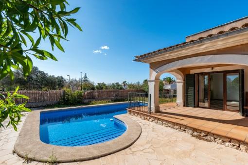 Sonnige Terrasse und Pool