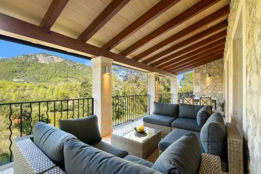 Überdachter Balkon mit Bergblick