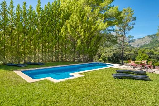 Idyllischer Poolbereich in entspannter Lage