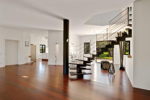 Elegante Treppe ins Obergeschoss