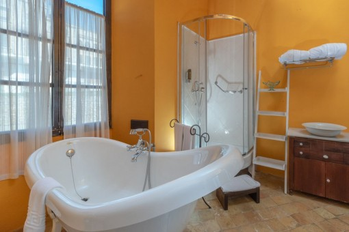 Badezimmer en Suite mit großer Wanne