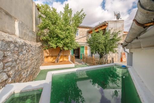 Dorfhaus zum Renovieren mit Garage und kleinem Pool in Binissalem