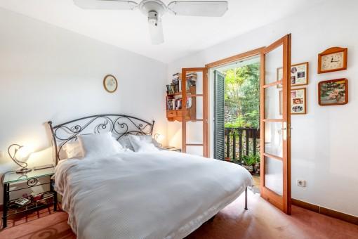 Schlafzimmer mit sonnigen Balkon