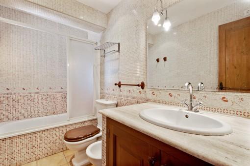 Badezimmer mit Duschbadewanne