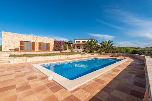 Großer Poolbereich und Gästehaus