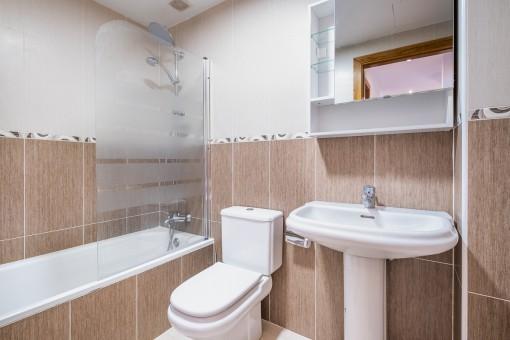 Erstes Badezimmer mit Wanne