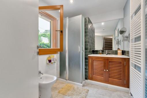 Modernes Badezimmer im Erdgeschoss