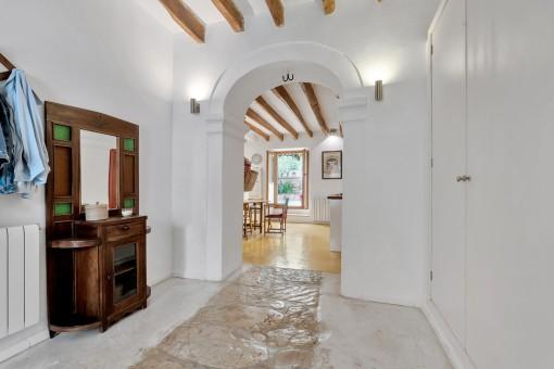 Eingangsbereich mit Rundbogen-Tür