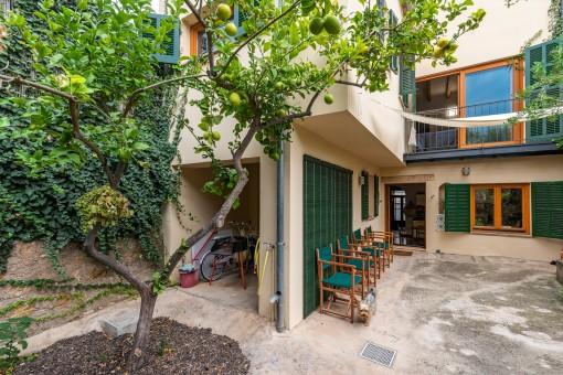 Terrasse und kleine Garage